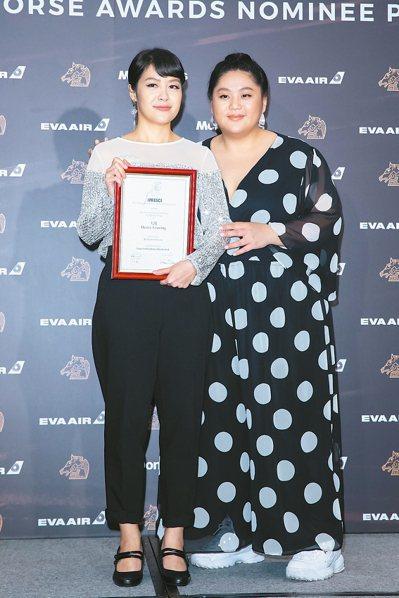 《大餓》劇組獲得國際影評人費比西獎,導演謝沛如(左)及演員蔡嘉茵(右)領取獎狀。...