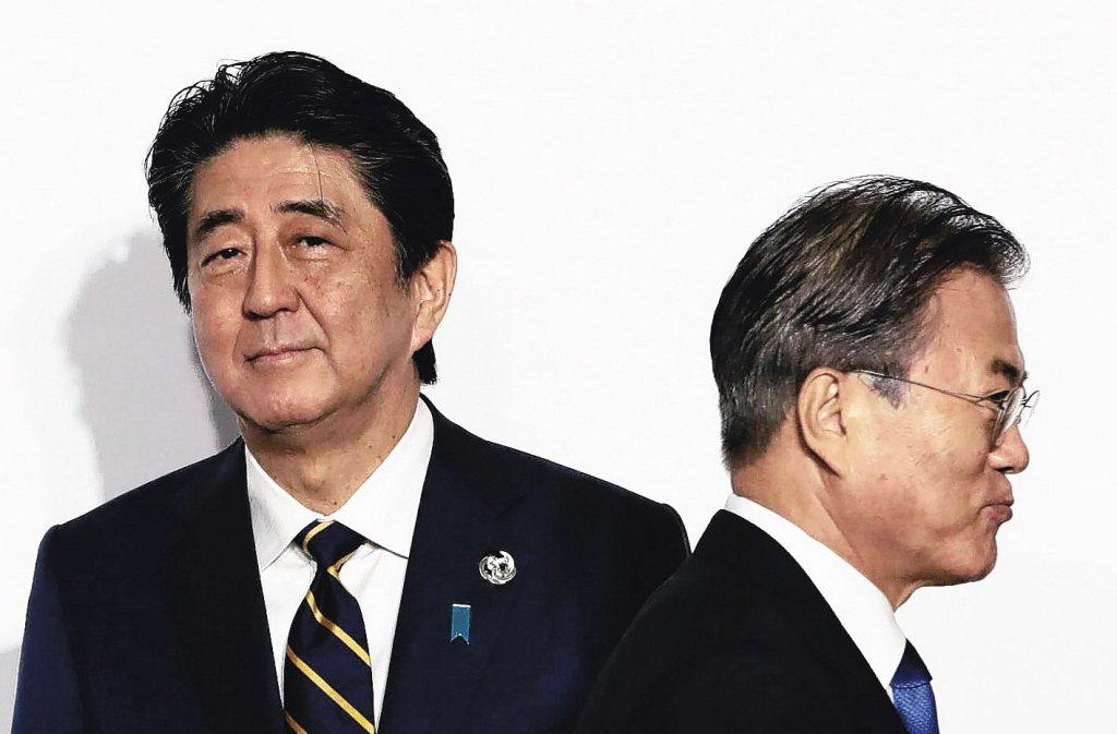 左為日本首相安倍晉三,右為南韓總統文在寅。 (美聯社)