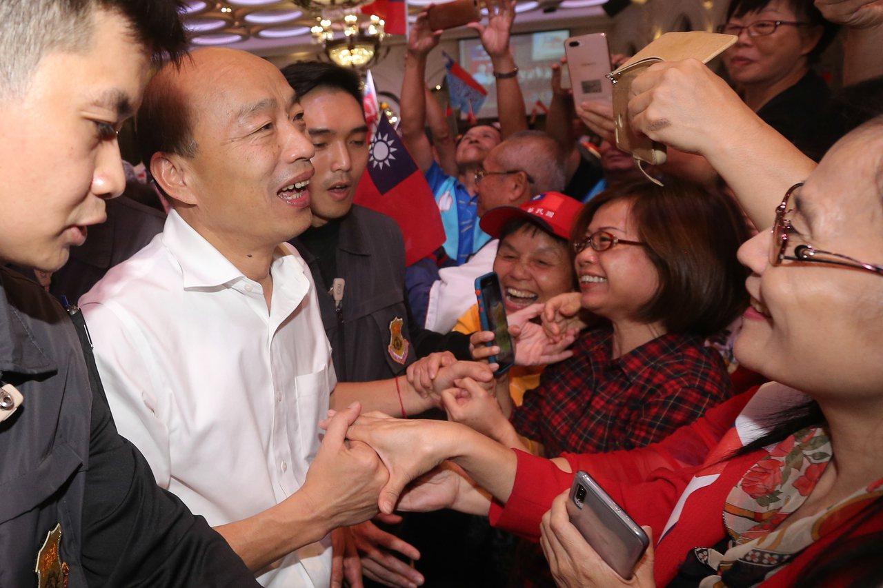 國民黨總統參選人韓國瑜(左二)出席台中庶民輔選後援會成立大會,與支持者一一握手致...