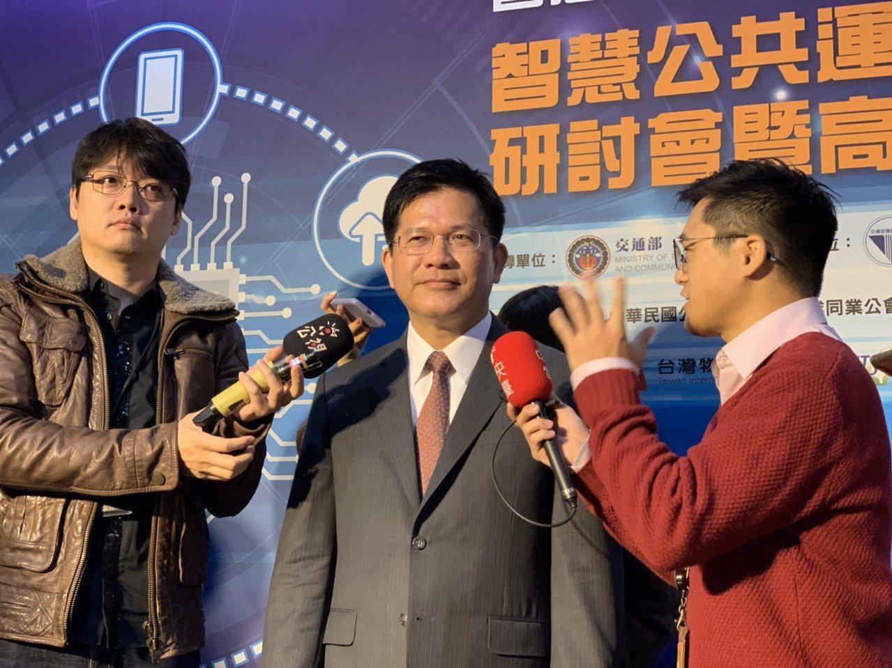 交通部長林佳龍(中)昨表示,軌道建設由少數委員決定國家政策,是不正常的發展。 記...