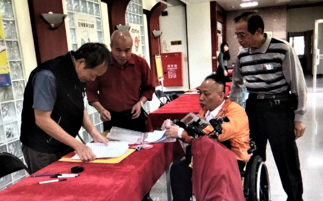 喜樂島聯盟的張永津(右二)自稱雲林輪椅立委參選人。 記者陳雅玲/翻攝