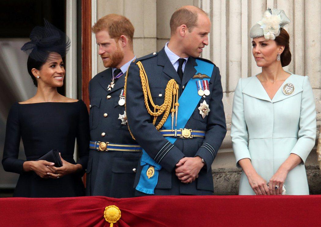 哈利王子(左二)和其妻梅根(左一)在一次採訪中公開發表成為王室成員和新手母親的艱...