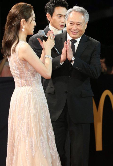 李安出席第56屆金馬獎頒獎典禮紅毯,他提及最大的心願就是希望今天大家都開心,能保持歡樂氣氛,並感動表示金馬獎已經56歲,能夠成功做這麼多年,成為華人電影的交流平台,「我很珍惜,希望大家也很珍惜」。李...