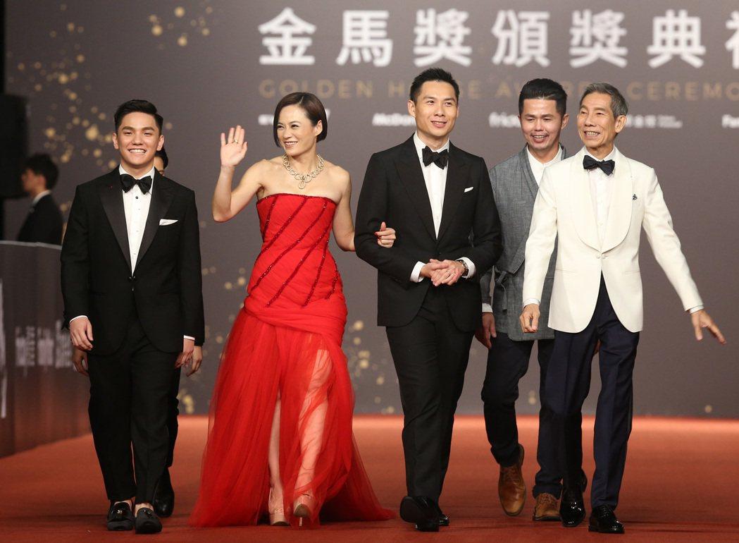 「熱帶雨」楊雁雁(左二)等演員走星光大道。記者陳立凱/攝影