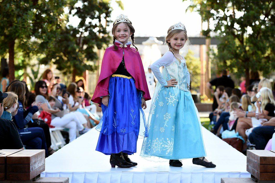 冰雪奇緣2013年上映時造成轟動,吸引許多小女孩扮成艾莎和安娜。(美聯社)