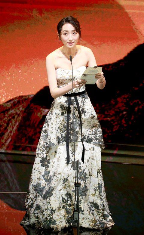 柯佳嬿今天為《金馬56》擔任「最佳新演員」、「最佳劇情短片」、「最佳動畫短片」等獎項頒獎人,她身穿LinLi Boutique代理的Marchesa平口層次印花晚禮服,腰間的絲絨腰帶更顯典雅仙氣。柯...