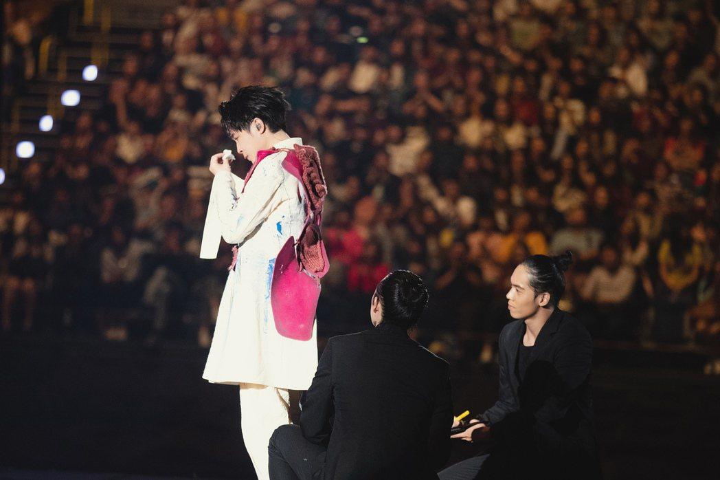 吳青峰(左)在台上暴哭,拿衛生紙拭淚。圖/環球提供