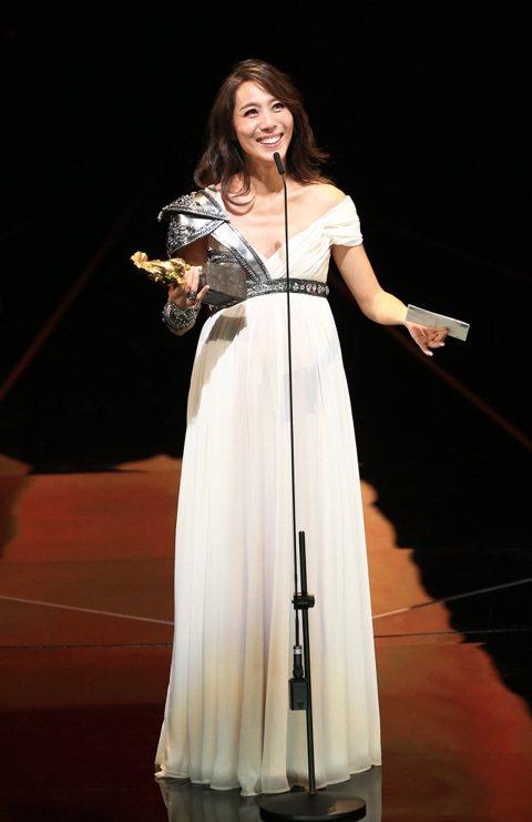 9年前曾以「父後七日」角逐金馬獎最佳女配角的張詩盈,為人妻母後捲土重來,靠著「我的靈魂是愛做的」中強勢、讓「小王」也畏懼的正宮妻子一角,終於抱得獎座歸。張詩盈是戲劇科班出身,在「我的靈魂是愛做的」,...