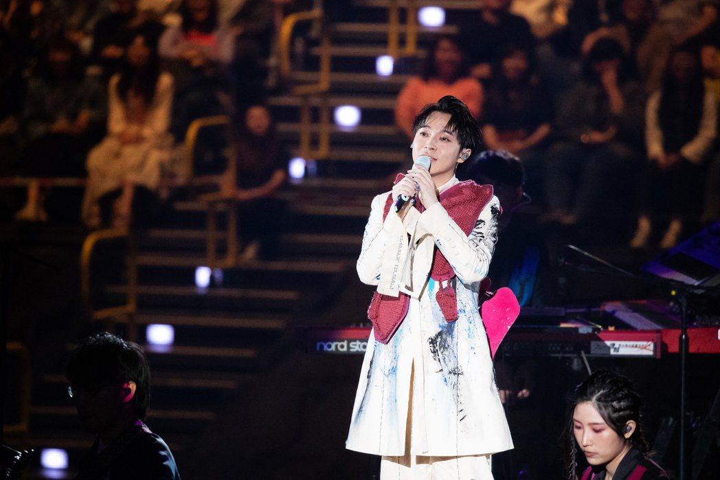 吳青峰在台上情緒激動暴哭。圖/環球提供