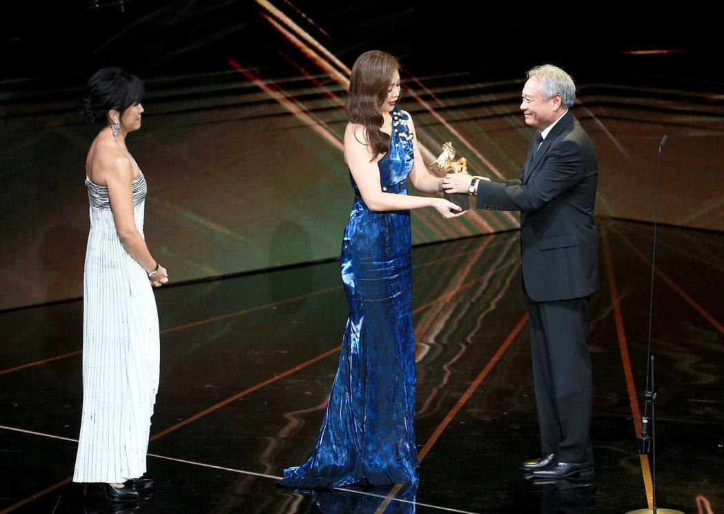 第56屆金馬獎頒獎典禮,李安(右)頒發終身成就獎給王羽,王羽因為身體狀況欠佳,不...
