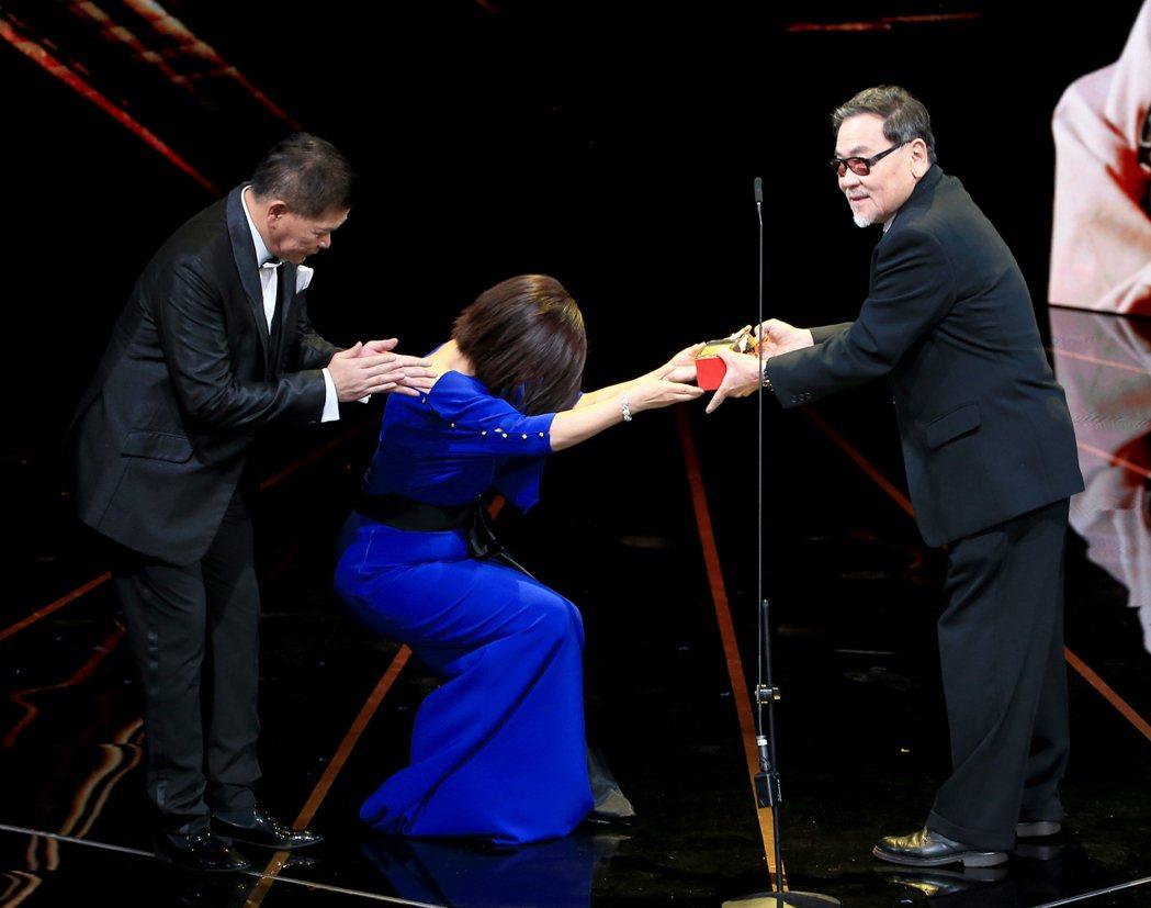第56屆金馬獎頒獎典禮,澎恰恰(左)與楊貴媚(中)頒發終身成就獎給王童(右)。記
