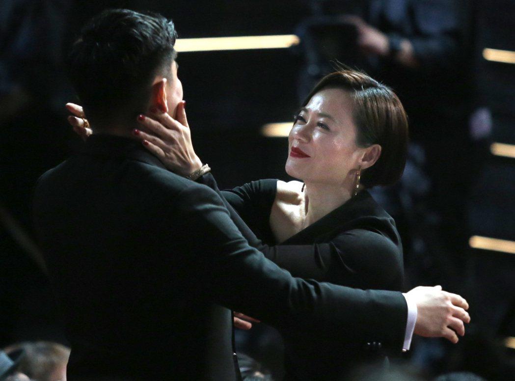 第56屆金馬獎頒獎典禮,楊雁雁(右)以「熱帶雨」獲最佳女主角。記者林伯東/攝影