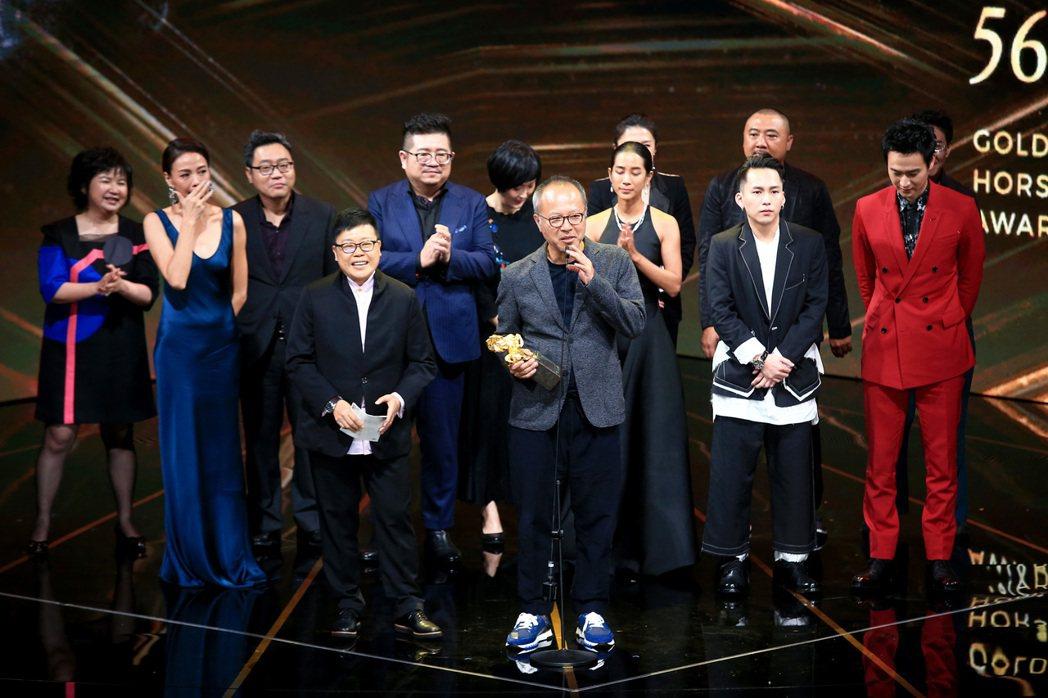 第56屆金馬獎頒獎典禮,陽光普照獲頒最佳劇情長片獎,導演鍾孟宏(前)率演員與劇組