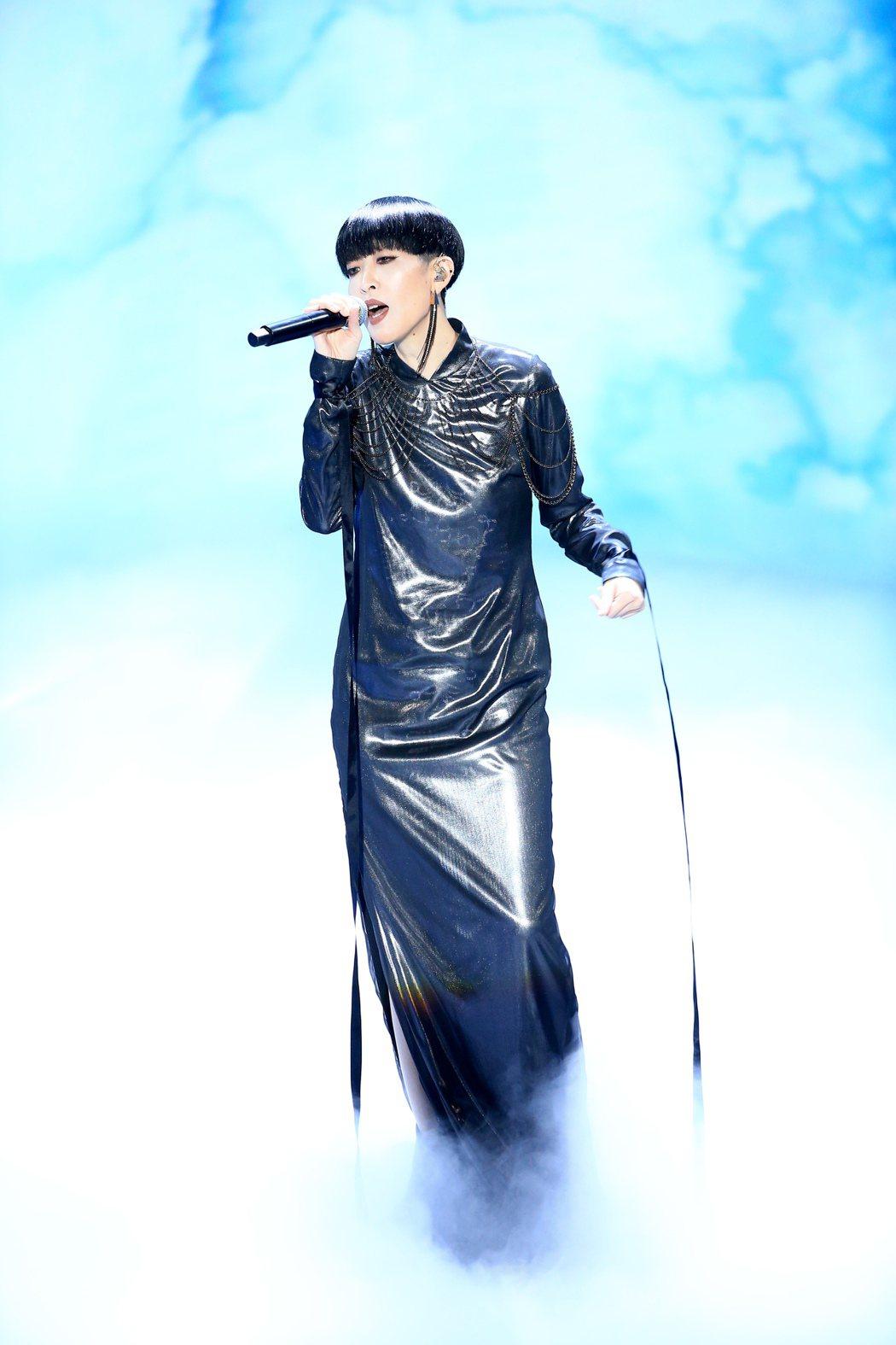 第56屆金馬獎頒獎典禮,陳珊妮演唱入圍最佳原創電影歌曲的灼人秘密《灼人秘密》。記...