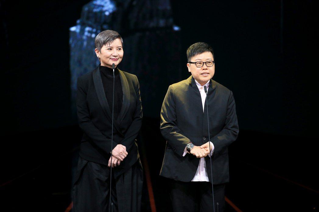 第56屆金馬獎頒獎典禮,李烈(左)與葉如芬(右)頒發年度台灣傑出電影工作者獎。記