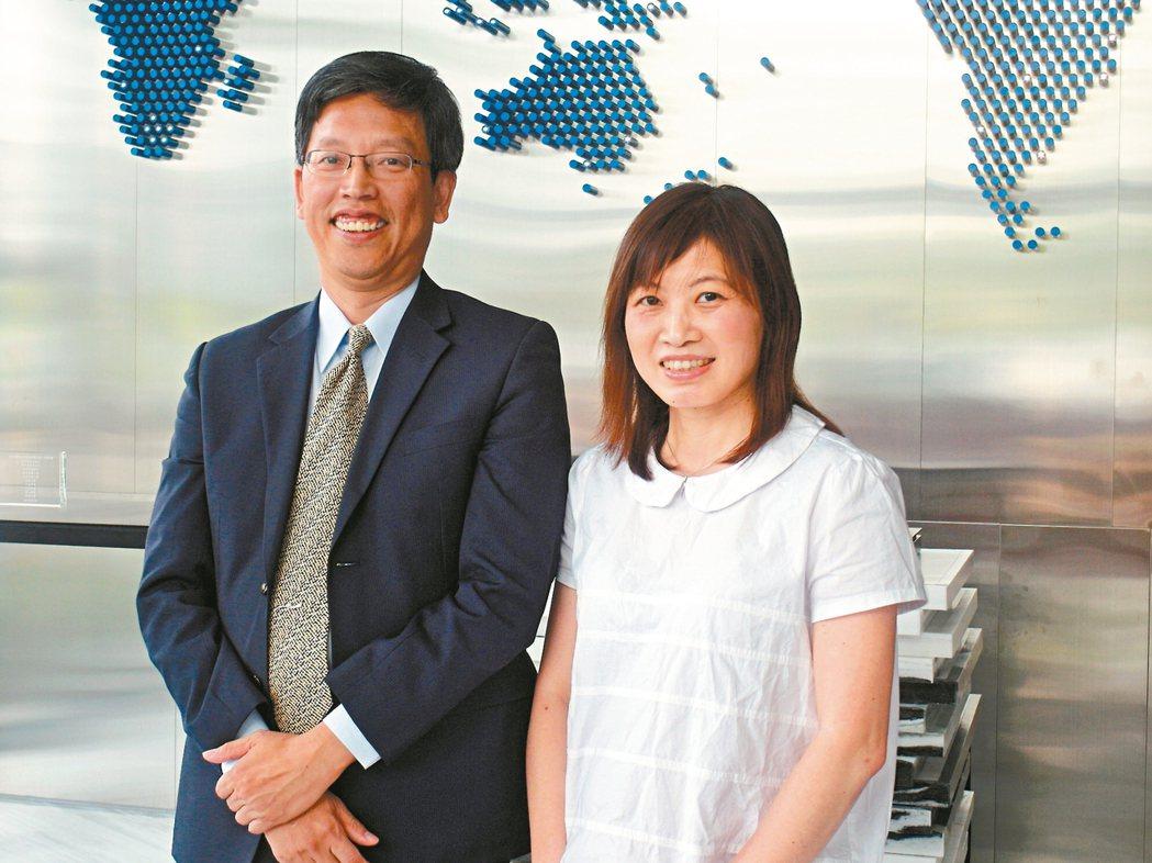 萬年清董事長何家慶(左)與總經理張湘棋 記者何佩儒/攝影