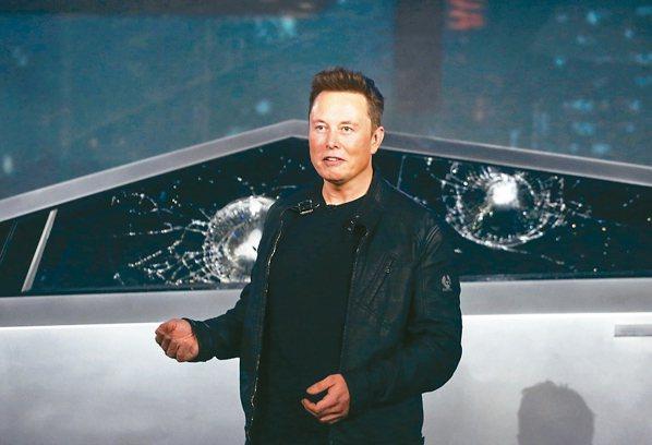馬斯克介紹電動小貨卡「Cybertruck」,號稱使用裝甲玻璃的車窗在測試時,意...