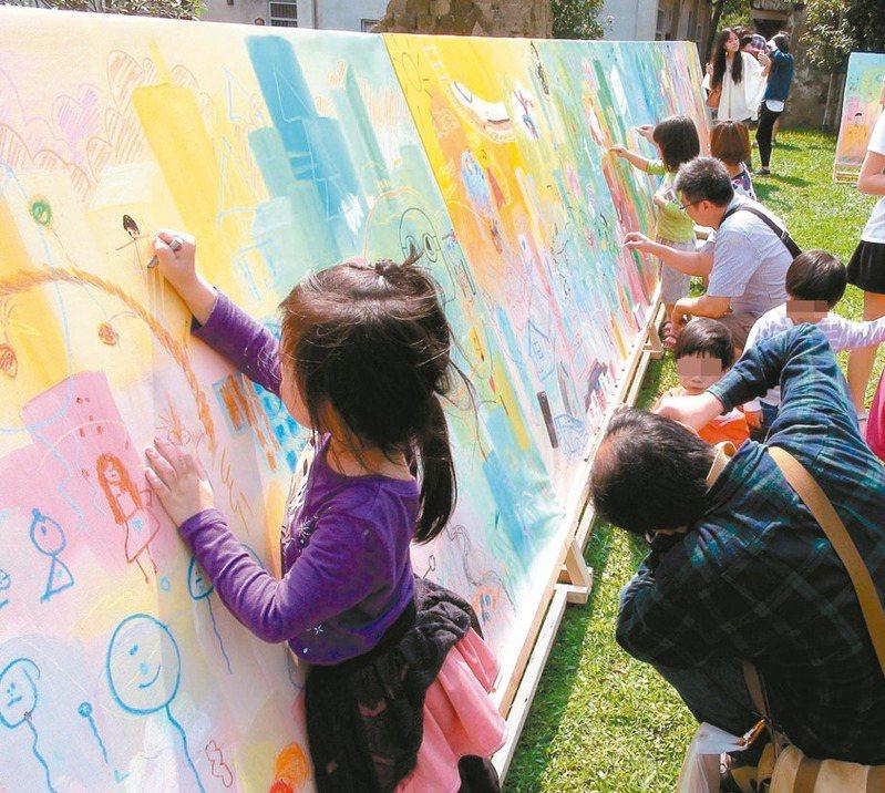 近年兒少學才藝明顯增加,其中3到5歲幼童最多人學繪畫。圖為孩子在戶外作畫。 圖/聯合報系資料照片