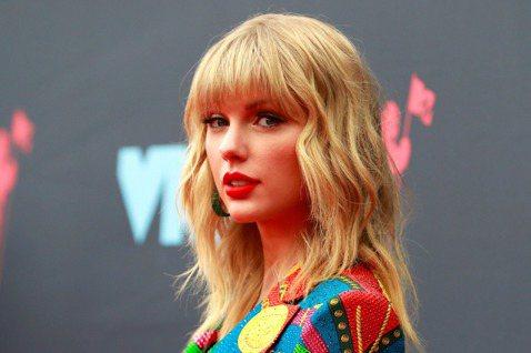 美國知名音樂經紀人布勞恩(Scooter Braun)今天表示,他與超級巨星泰勒絲(Taylor Swift)因為音樂版權而起的糾紛,讓他的家人收到「死亡威脅」。今年夏天因為泰勒絲前東家大機器唱片(...
