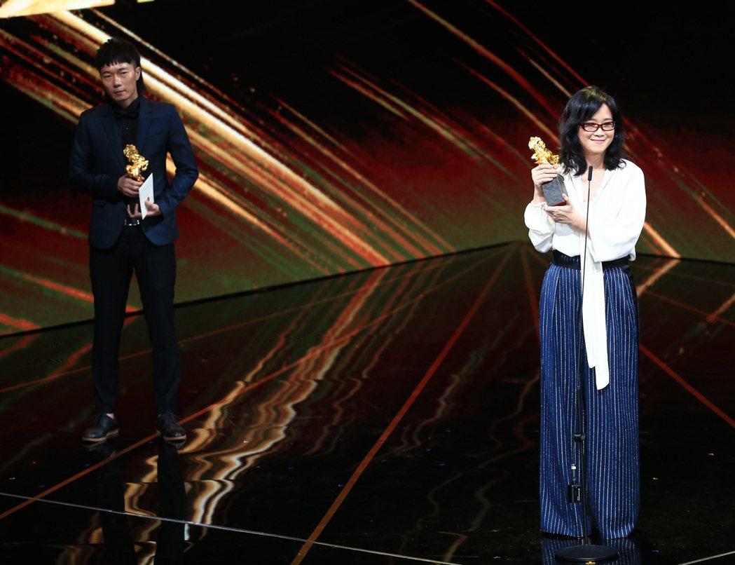 第56屆金馬獎頒獎典禮,雷光夏(右)與盧律銘(左) 以「光明之日」獲得最佳電影原...