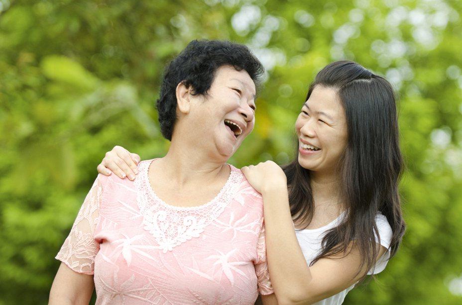 離家後的成年子女,誰最常探視父母?中研院家庭動態調查顯示:單身女兒最常回家。 示意圖來源│iStock
