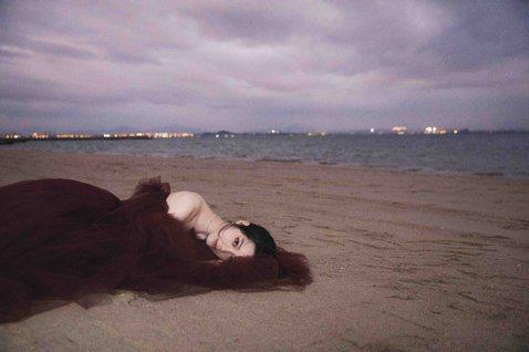 女星歐陽娜娜今晚會現身於中國所舉辦的第28屆的「金雞獎」,她將以valentino的酒紅色禮服搭配De Beers珠寶出席典禮。比較少以性感風格出現在大家面前的歐陽娜娜,這回難得小露酥胸,讓人相當驚...