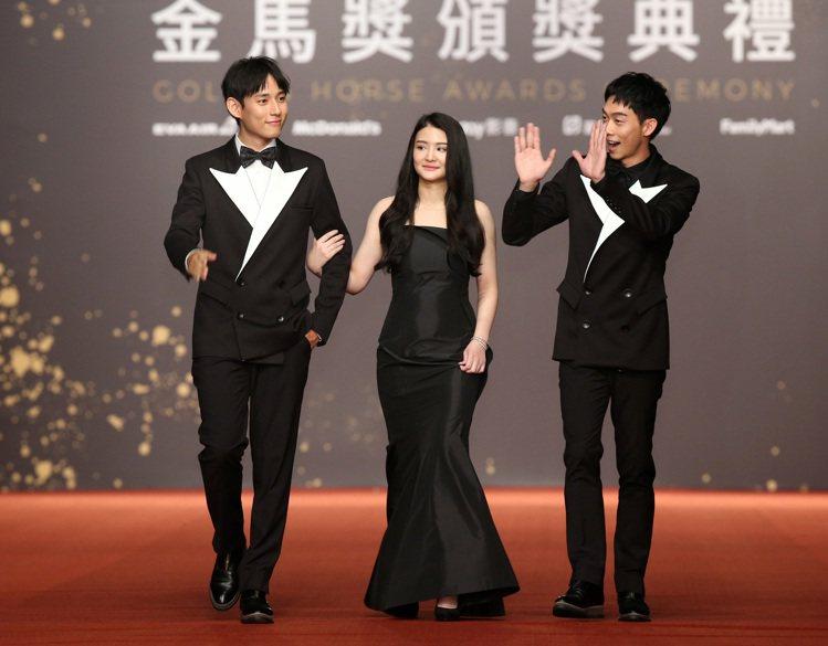 遞獎大使王可元(右起)、陳品兒、徐鈞浩走星光大道。記者陳立凱/攝影 林澔一