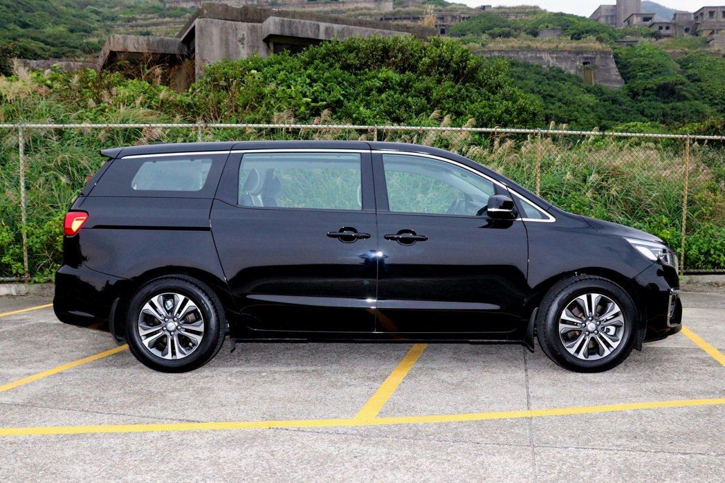 車側與一般MPV車款大同小異,都以相當方正的造型增加空間表現。 記者陳威任/攝影