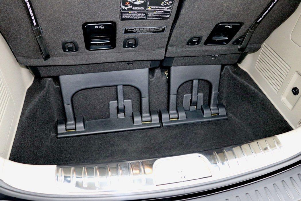 七人滿座情況下,憑藉著頗具深度的行李廂空間,依然能提供359公升容量。 記者陳威...