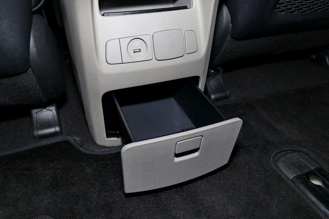 中央鞍部後方提供收納空間及USB插頭。 記者陳威任/攝影