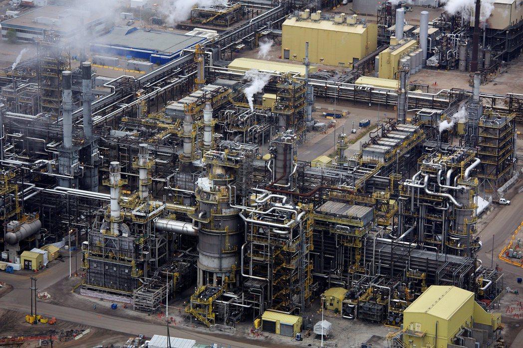 就每人平均碳排放而言,加拿大亞伯達省比沙烏地阿拉伯的汙染還嚴重。圖為當地油砂處理...