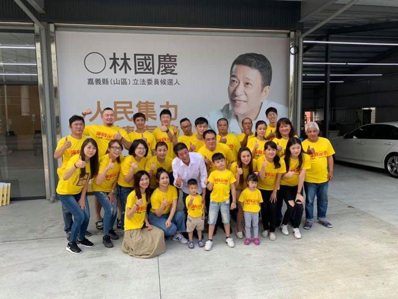 無黨立委參選人林國慶(前排中)帶領年輕助選團隊。圖/取自林國慶臉書