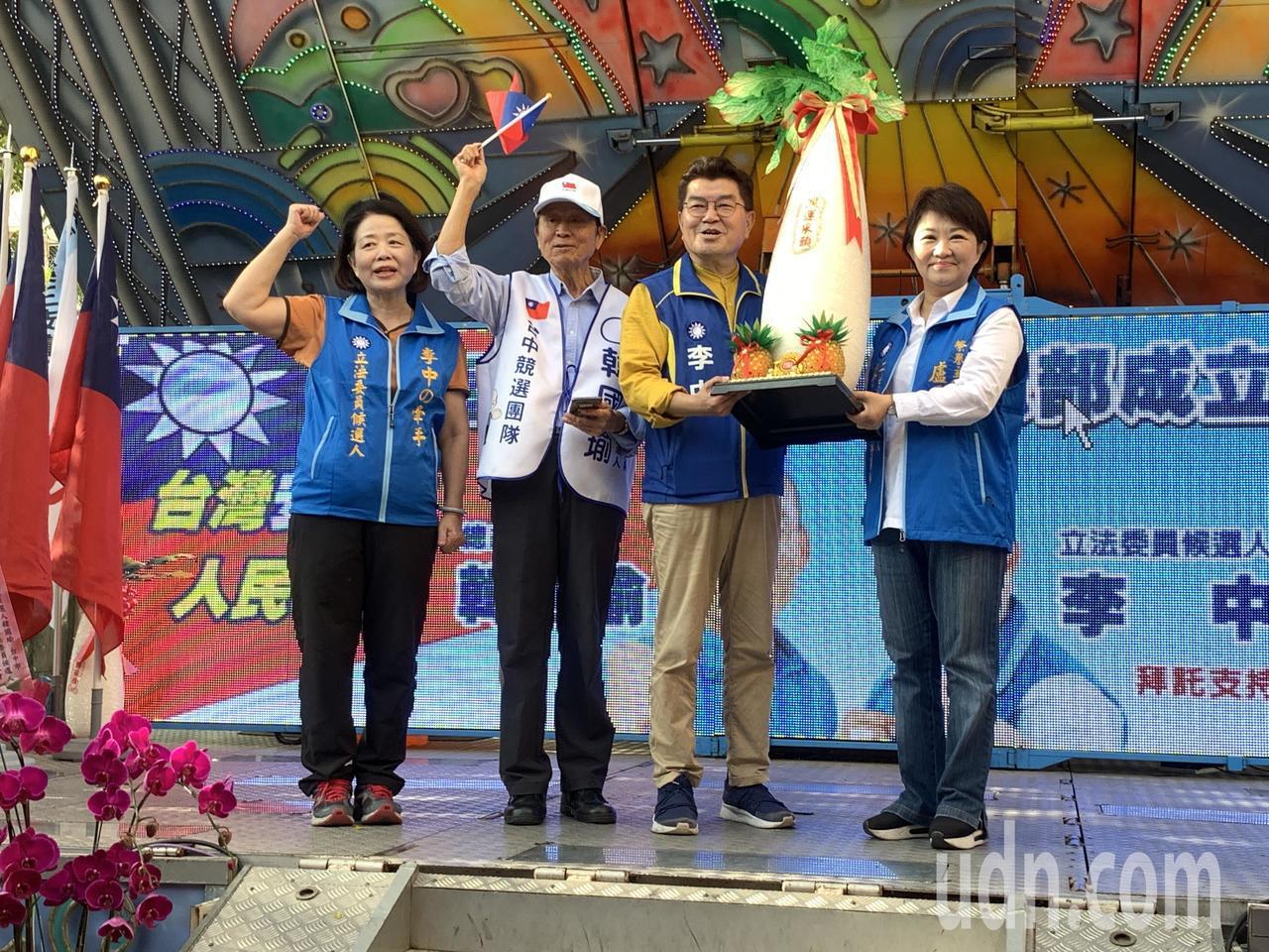 台中市國民黨提名的第六選區(中西東南)參選人李中(右二),今天上午競選總部成立,...