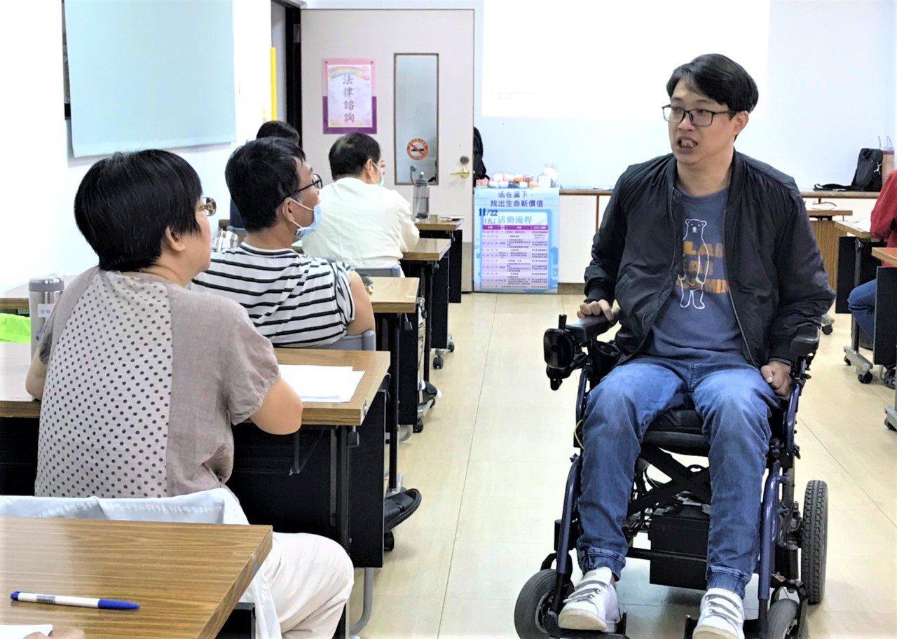 因車禍傷胸部以下癱瘓、終身得坐輪椅度日的李克翰(右),發現交談的神奇心靈療癒力量...
