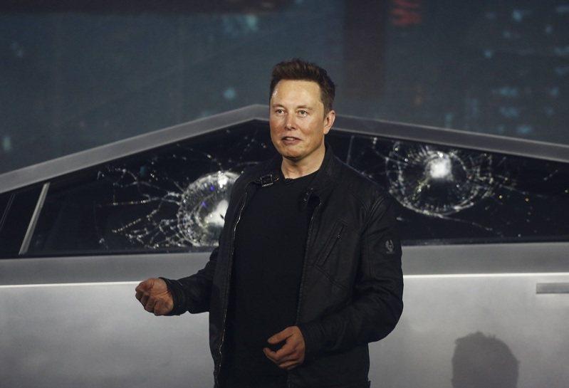 美國電動車製造商特斯拉21日舉行全新皮卡「Cybertruck」發表會,但理應堅不可摧的車窗「裝甲玻璃」(armor glass)卻於現場實測時遭鐵球砸出裂痕,創辦人馬斯克脫口說出「我他X的老天」。美聯社