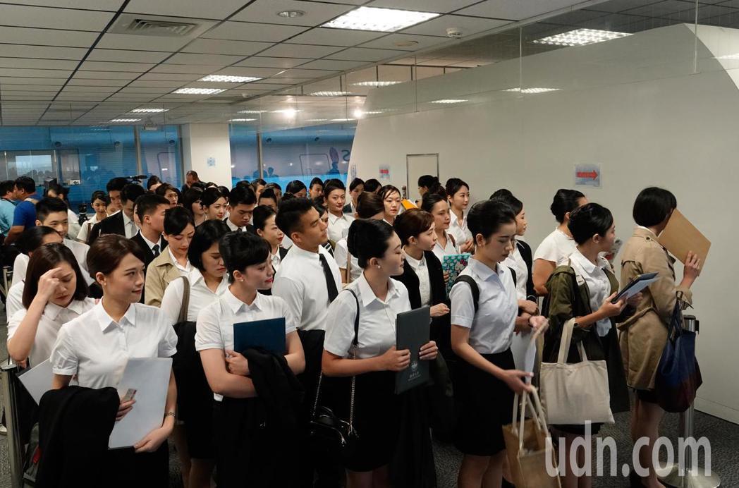 華航上午在總部舉行客艙組員招募的初試,約6,000人報名,預計錄取約70名,錄取...
