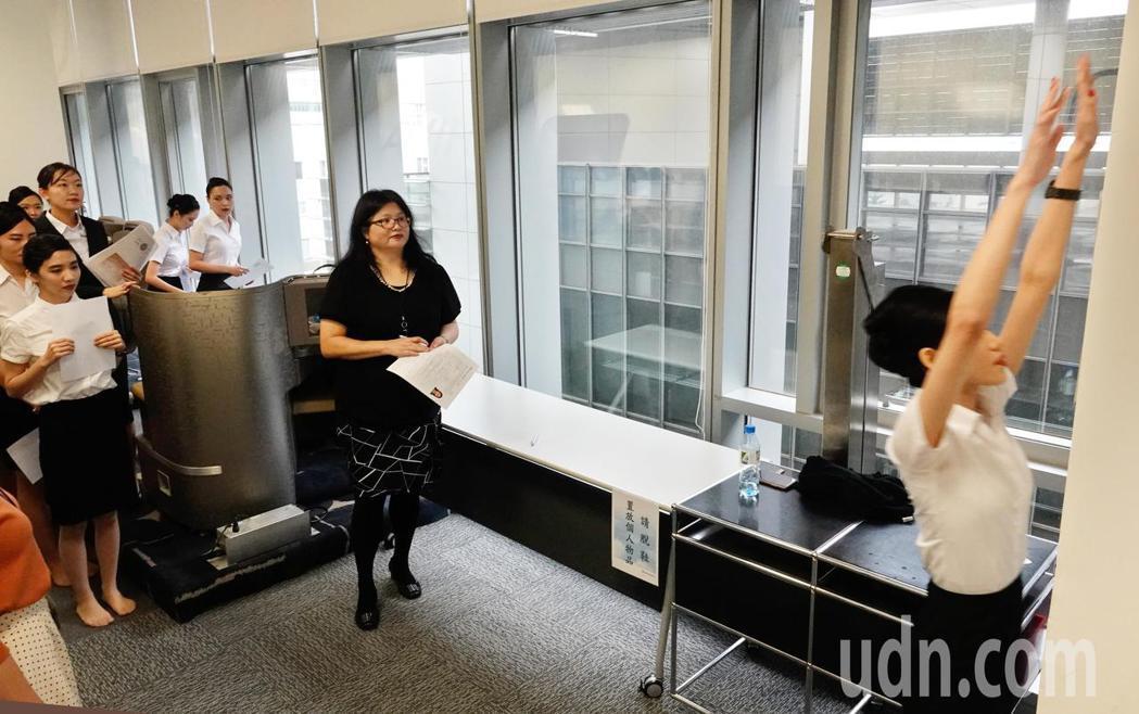 中華航空上午在華航園區總部舉行客艙組員招募的初試,身高是否足夠是初試的第一關。記...
