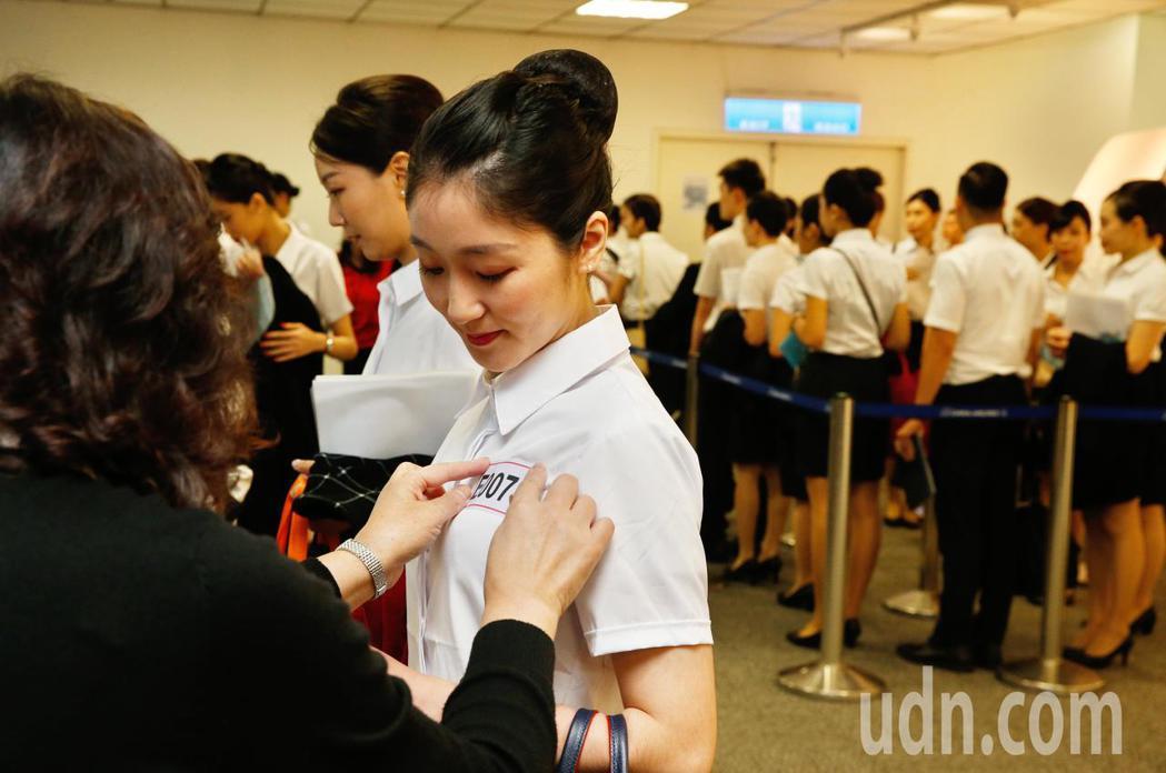 中華航空上午在華航園區總部舉行客艙組員招募的初試,考生依序排隊報到。記者鄭超文/...