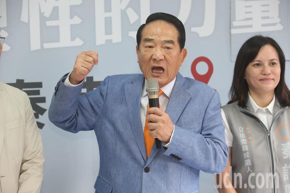 總統參選人、親民黨主席宋楚瑜今天在高雄市談到兩岸時表示,兩岸要坐下來好好談。記者劉學聖/攝影