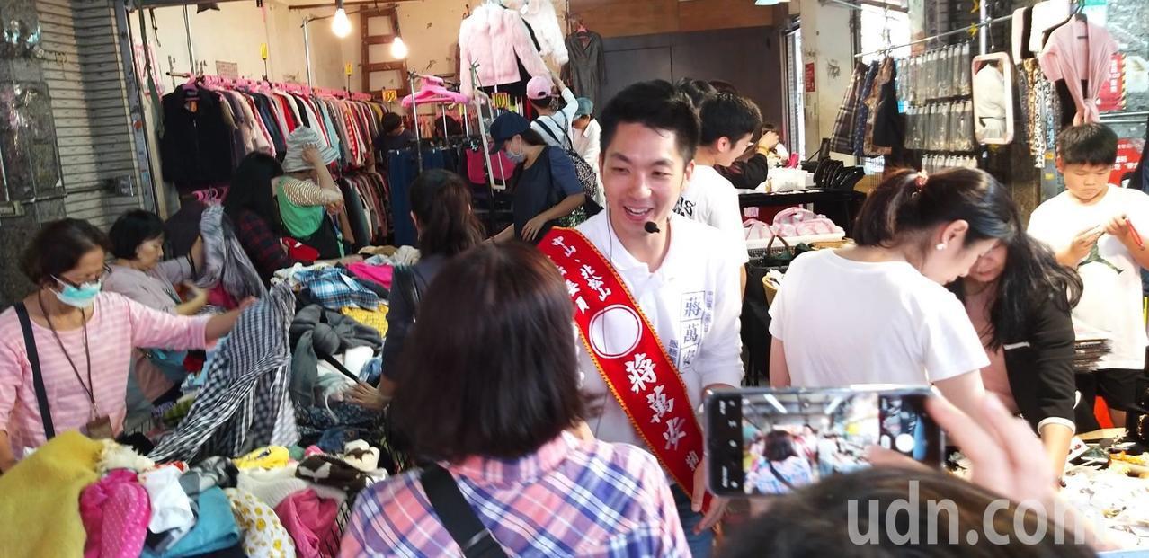 國民黨立委蔣萬安接連趕場,上午到謙和市場拜票。記者楊正海/攝影