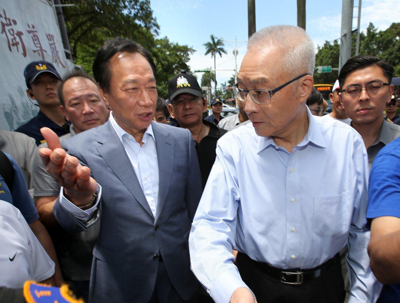 今年6月鴻海創辦人郭台銘(左)與國民黨主席吳敦義(右)出席新書發表會。本報資料照...