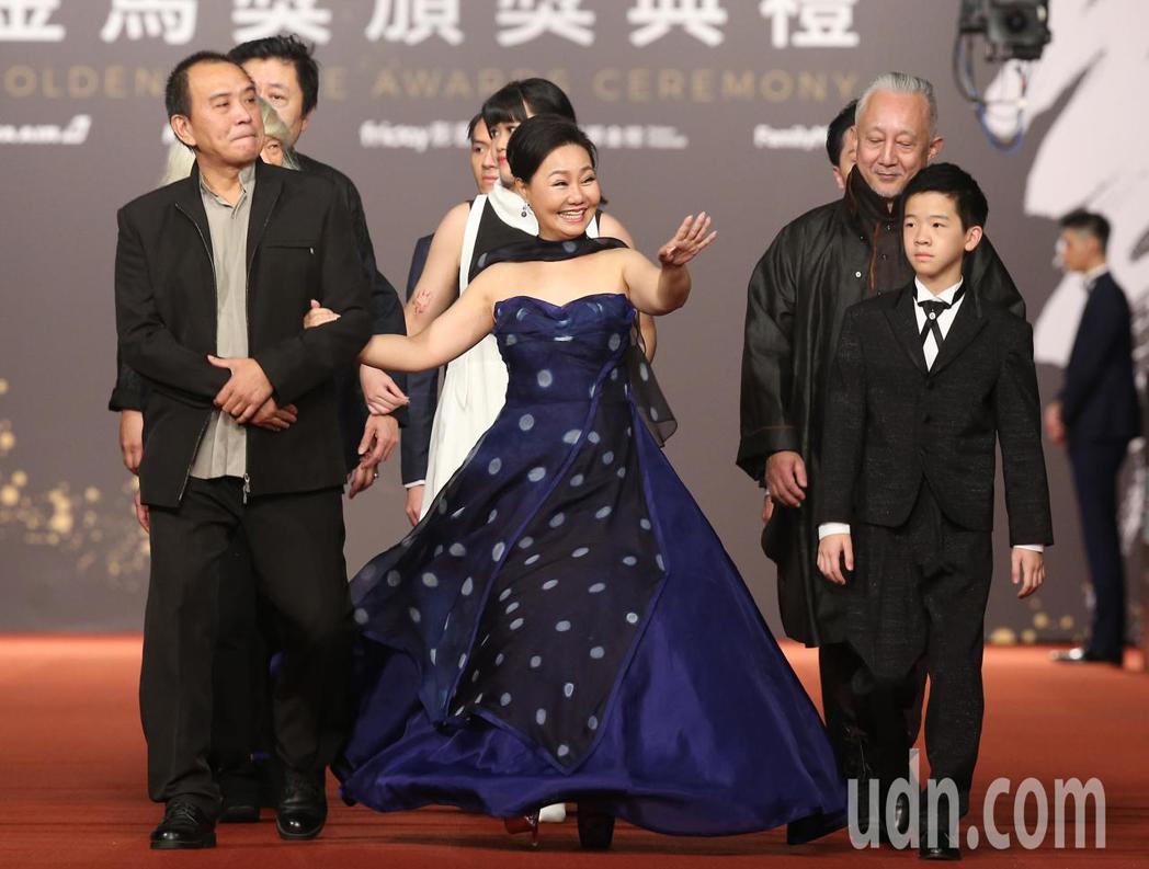 張作驥 (左)與呂雪鳳(中)走星光大道。記者陳立凱/攝影