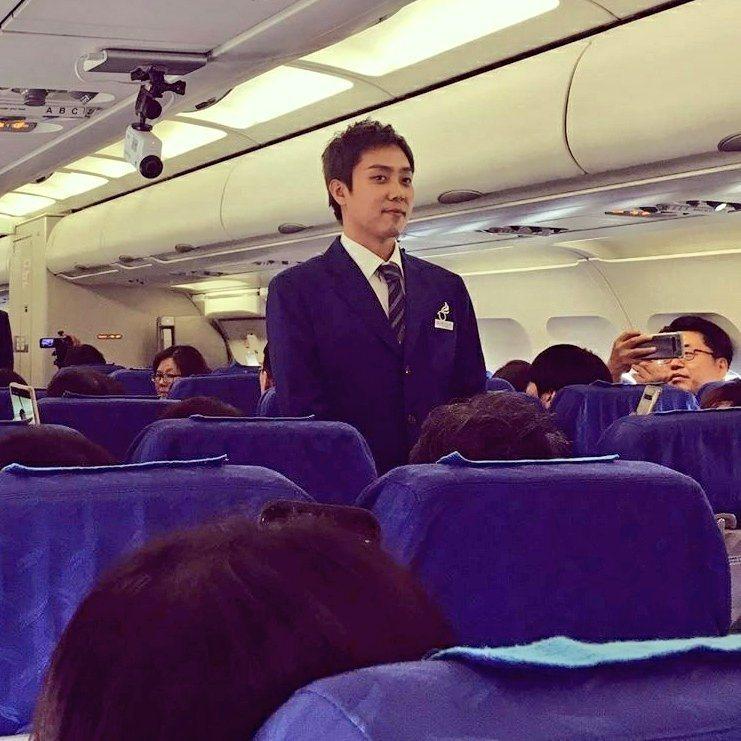 殷志源在飛機上引發乘客搶拍。圖/摘自推特