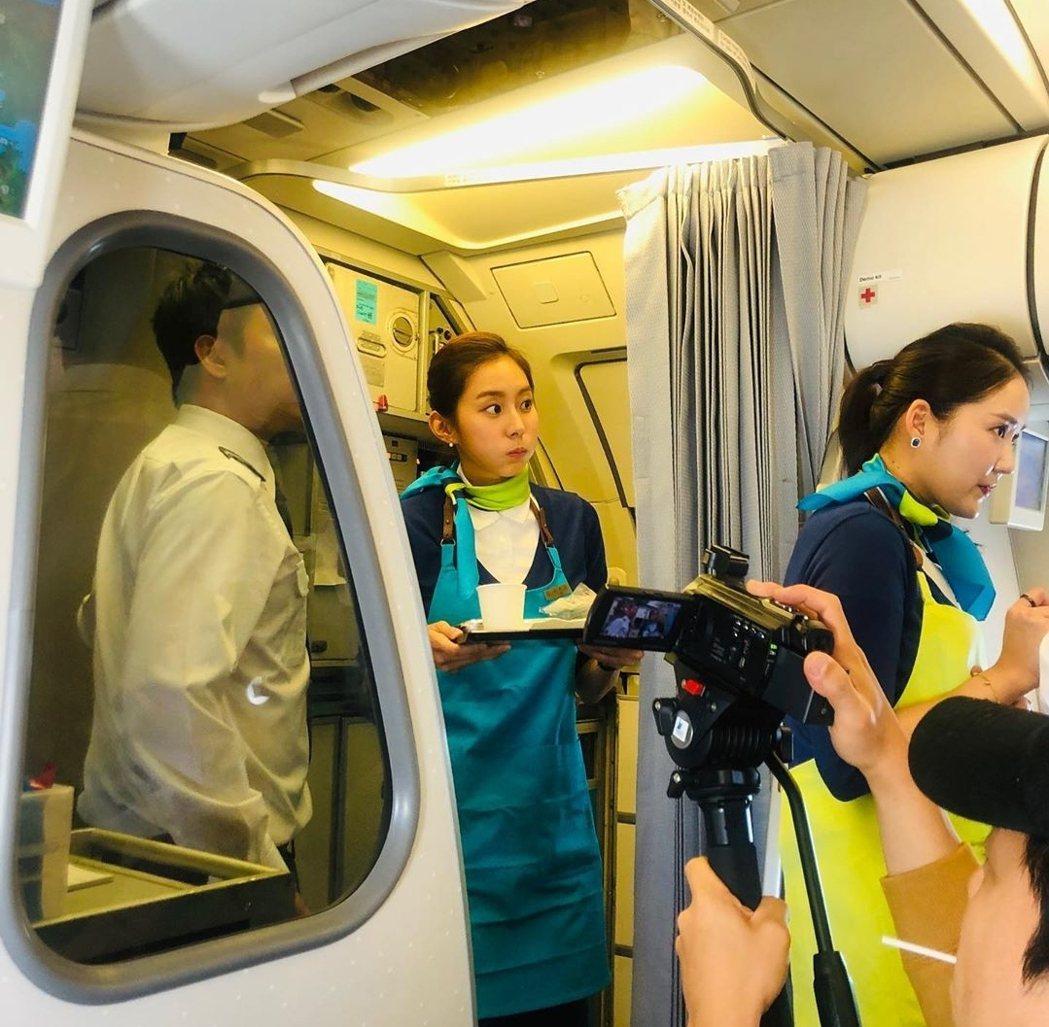 UIE在飛機上忙著服務乘客。圖/摘自推特