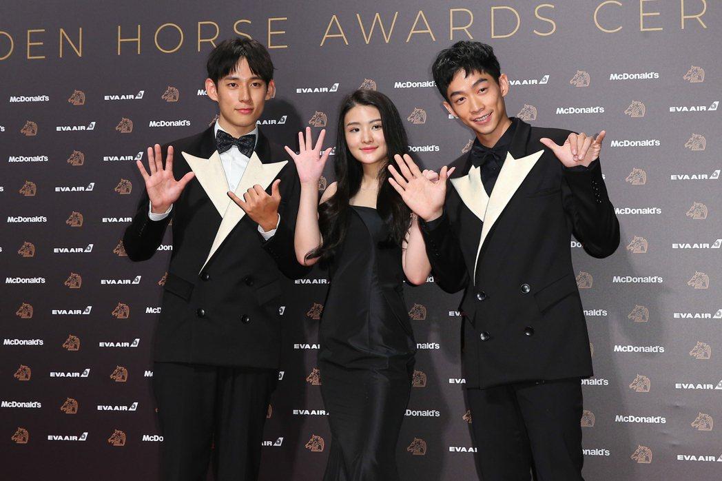 王可元(右)、徐鈞浩(左)、陳品兒(中)走金馬56新光大道。記者余承翰/攝影