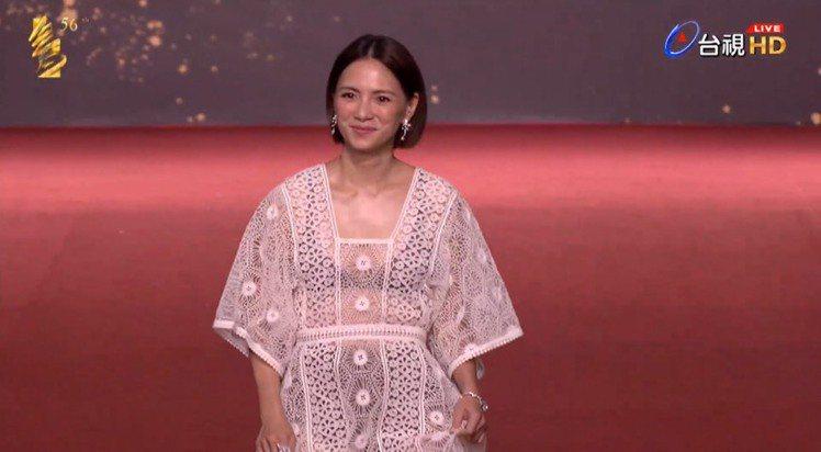 李心潔以一身Dior白色鏤空洋裝搭配同樣出自品牌的珠寶現身紅毯,內搭的深色內衣若...