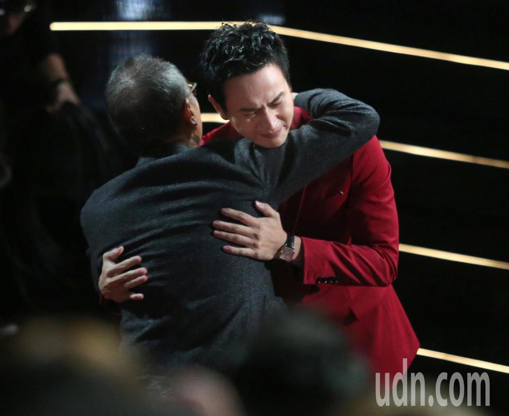 第56屆金馬獎頒獎典禮,劉冠廷(右)獲最佳男配角獎。記者林伯東/攝影