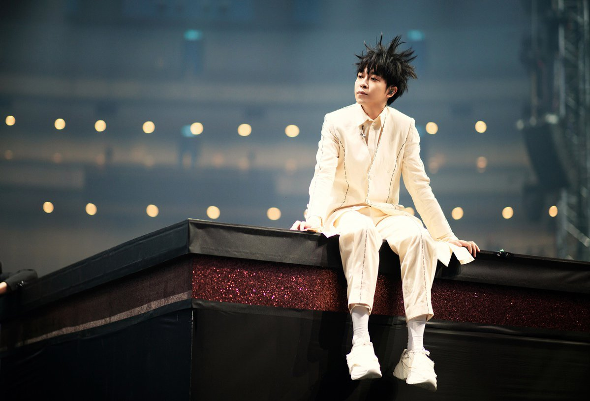 吳青峰展開「太空備忘記」巡演,以一身白衣從頭唱到尾。圖/環球提供