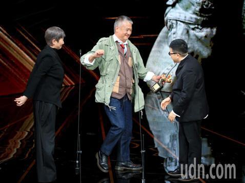 第56屆金馬獎頒獎典禮,李烈與葉如芬頒發年度台灣傑出電影工作者獎給楊湘竹。