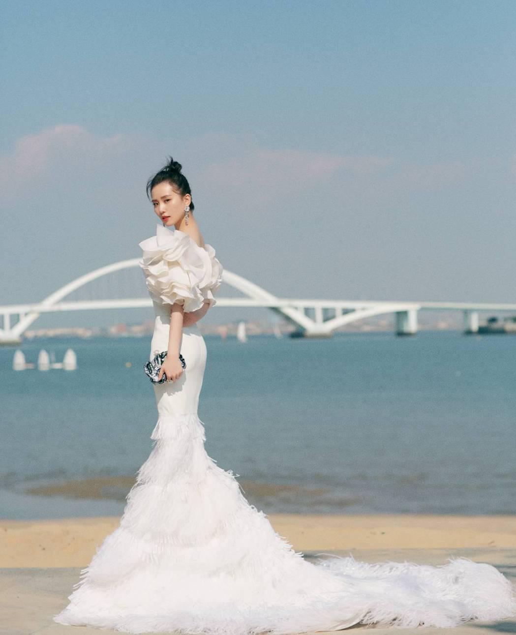 劉詩詩的禮服裙襬很長。圖/摘自微博